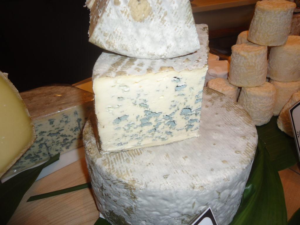 Fameux Bleu d'Auvergne à pâte persillée.
